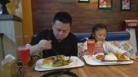 李大神和桐桐在成都双流机场吃饭, 一份套饭68, 有两样荤菜