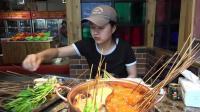 在川藏线上自驾游, 路上找了一家串串店, 两个人吃了180元