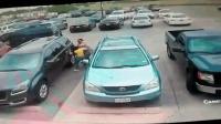 胖男车位被抢踢车泄愤 娇小女冲上去一拳反被打