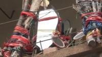 """老太阳台挂上300面镜子称""""对面妖气太重"""" 对楼不甘示弱挂镜子反击"""