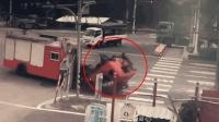 监拍: 台湾消防车车头升起消防员遭碾压身亡