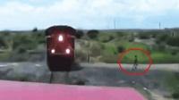 火车对撞! 实拍: 印度两火车对撞驾驶员弃车逃走