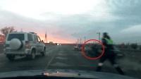 交警被拖行百米! 实拍: 俄罗斯警车围堵酒驾司机
