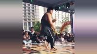 一个灵活的胖子, 他身上的肉肉, 完全不影响跳舞