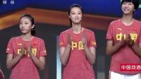 三位漂亮姑娘往台上一站, 撒贝宁瞬间尴尬, 穿珍藏增高鞋都不管用!