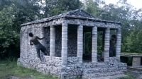 两兄弟户外搭建庇护所, 全部用石头垒起来, 这才是最完美的庇护所