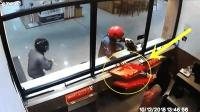 """国外金店被抢, 店员的举动让人感觉像""""内奸"""", 监控拍下全过程!"""