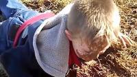 搞笑精选: 熊孩子摔了也一身泥, 老爸在一旁笑垮了!