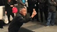男子拍舞台走出妖娆舞步