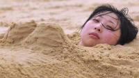 去海边游玩的时候千万不要把自己埋进沙子里, 原因真的是太吓人了