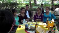 在老挝, 中国小哥买了酒, 想和当地年轻人一起喝, 然后场面很尴尬