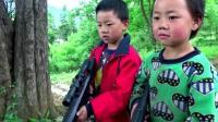 搞笑视频来袭: 两兄弟追击敌人, 没想到敌人跑了?