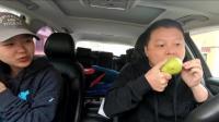 川藏线上有藏族小朋友推销水果, 刚开始没理, 后来又去找她们购买