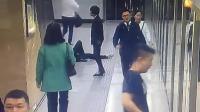 男子等地铁时突然昏倒 众人急赶车无人救助