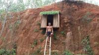 小伙在垂直山坡上搭建庇护所, 这个真的厉害了! 你敢不敢挑战?