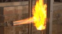 老外用喷火枪对着玻璃猛喷测强度? 网友: 不怕瞬间崩了糊一脸?