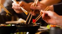 筷子比叉子吃饭更容易? 外国人可不这样认为, 交不起比较滑的食物