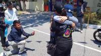 男子在马路上用碰瓷的方式, 向女朋友求婚, 交警看后脸都黑了!