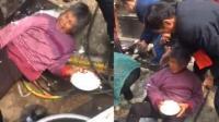 大妈吃结婚大锅饭拼了: 人能倒地饭不能撒