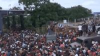 现场! 4000移民冲破围栏强入墨西哥逼近美国 美国务卿: 阻止他们