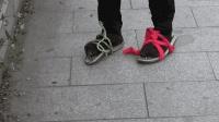 小伙搞笑挑战用200枚钉子和一双布鞋, 自制了一双钉子鞋, 穿上还没走两步, 就尴尬了
