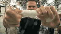 太空湿毛巾这么刚? 宇航员: 水像强力胶, 怎么拧都拧不掉!