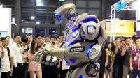 第一次见, 这个机器人太皮了