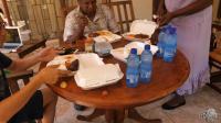 非洲一餐200多人民币, 中午点餐, 下午4点多送餐, 铺着一层餐巾纸
