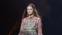 Anna Sui复古风来袭!印花裙彰显女性风情,提前感受19年的裙装潮流