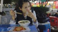 老公带老婆去吃饭, 一碗水饺一个饼一块钱猪皮, 农村姑娘就是好养活