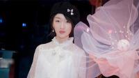 周冬雨短裙秀美腿 蕾丝小衫搭心心帽甜美迷人