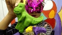 """妹子试吃""""霸王龙巧克力"""", 超逼真的恐龙玩具巧克力, 我也想要!"""