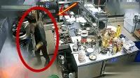 男子一人在后厨忙碌, 却不知危险已经来临, 视频拍下可怕一幕