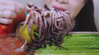 ASMR: 吃烤章鱼, 蘸点酱, 一口一个超过瘾