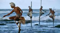 """世界上最奇葩钓鱼技能, 在海里踩着""""高跷"""", 不用鱼饵就能钓上鱼"""