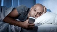 不努力去熬夜你睡什么觉 手机不好玩吗?