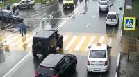 男子带着一家三口骑摩托车过马路看都不看, 视频车是真刹不住啊  车祸视频
