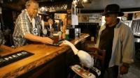 一只爱喝酒的鸭子, 喝醉后还要找金毛打架, 结果一战成名!