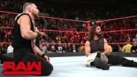 【RAW 10/22】怪兽乱入双打赛 对德鲁穷追猛打 捍卫者夺下双打冠军
