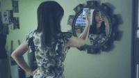 美女跟网友交换自拍, 结果对方发来一样的照片, 还说在她的房间里