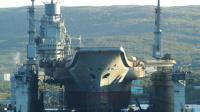 俄罗斯航母出现重大事故,吊车倒塌砸上船体,浮船坞已沉没