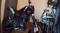 这才是真爱! 美女拿出红酒和机油, 和自己的摩托车干杯!
