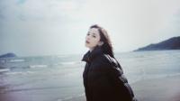 古力娜扎穿棉服漫步海滩,感受阳光画面梦幻