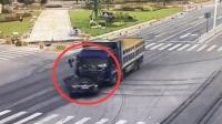 轿车十字路口转弯被撞,警方:大货车闯红灯