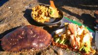 小伙大清早去海边钓螃蟹, 新鲜的螃蟹现钓现吃, 这早餐太丰盛了