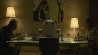 女人看到满桌饭菜, 本想叫儿子一起吃饭, 机器人却说: 他在你盘子里!