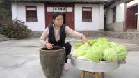 西北女孩团团腌制东北大酸菜, 方法还挺正宗, 手艺学得很不错