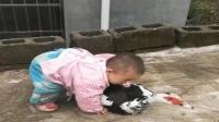 小宝抱不动鸭子, 最后用嘴巴去咬住鸭脖, 好可爱
