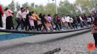 网红桥现场视频: 小姐姐上桥都是从后面抱着, 要是掉下去就是一群人