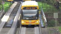 世界上最奇葩的公交车, 在铁轨上行驶, 永远不怕堵车!